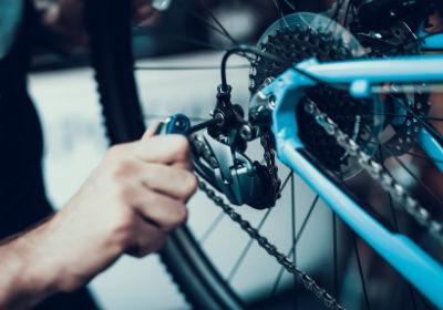 Holger Schwabe repariert eine Fahrrad